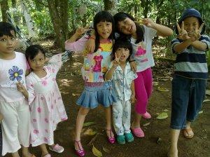 dari kiri: Dini, Damia, Sarah, Adam, Meera dan Ikmal
